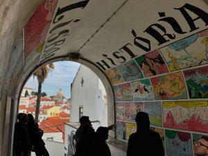 Un vicolo di Alfama a Lisbona