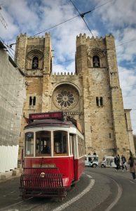 La facciata della cattedrale di Lisbona