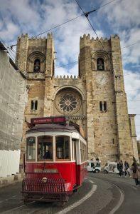 La facciata della cattedrale con uno dei caratteristici tram