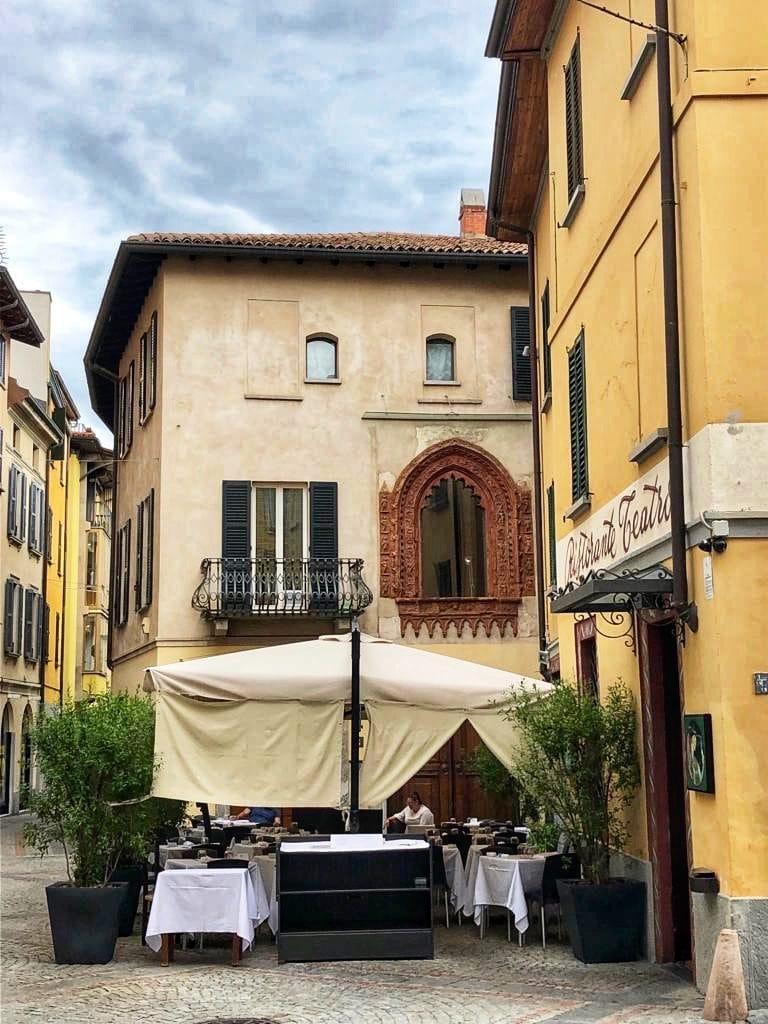 Varese: la finestra di Case Perabò