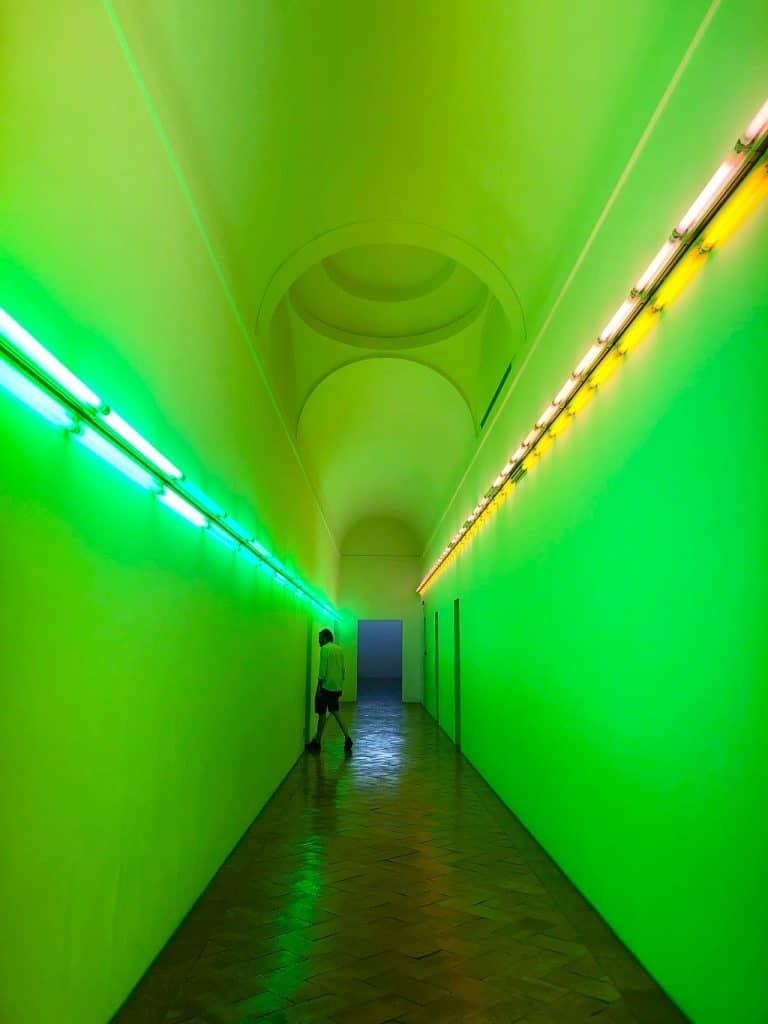 Il corridoio di Dan Flavin a Villa Panz