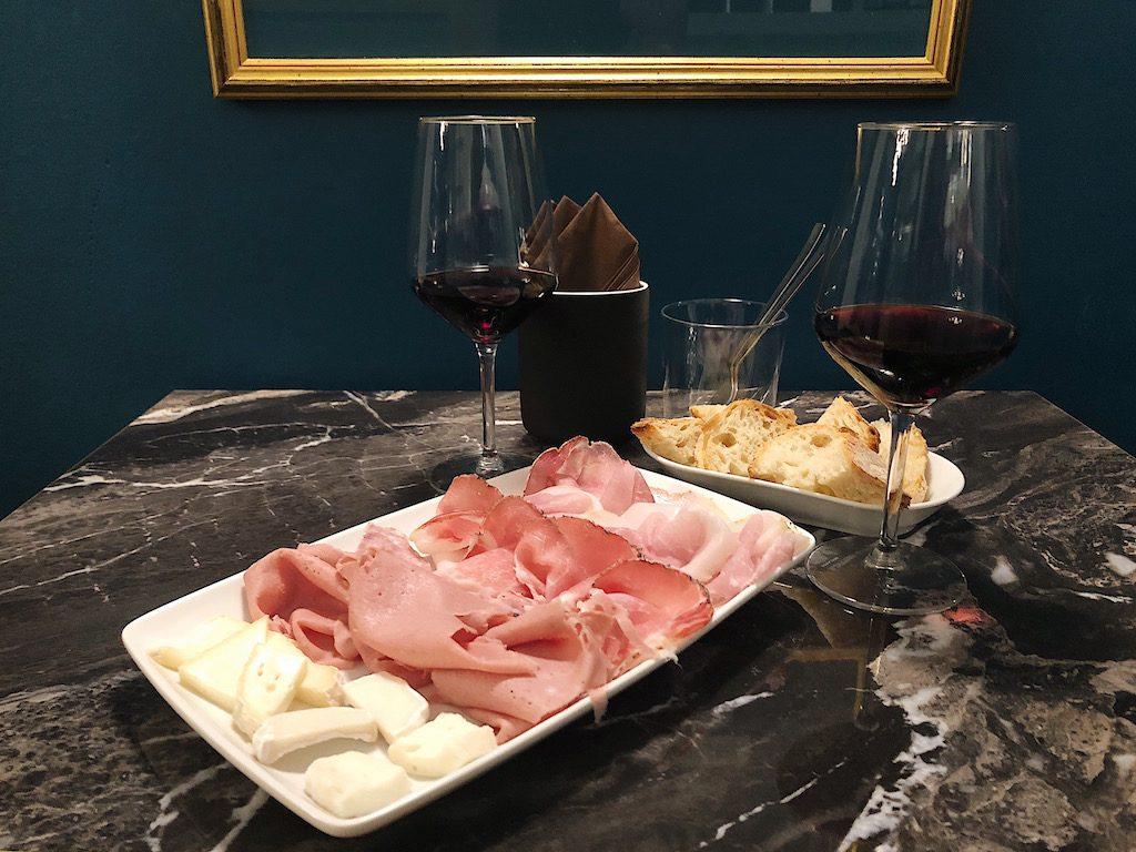 Il tagliere di salumi e formaggi alla Vineria Eretica