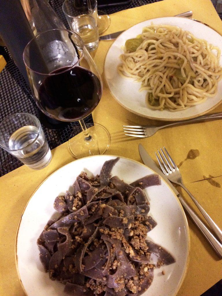 Pici all'aglione e Pasta di mirtilli al ragu bianco di Fufluns, Cortona