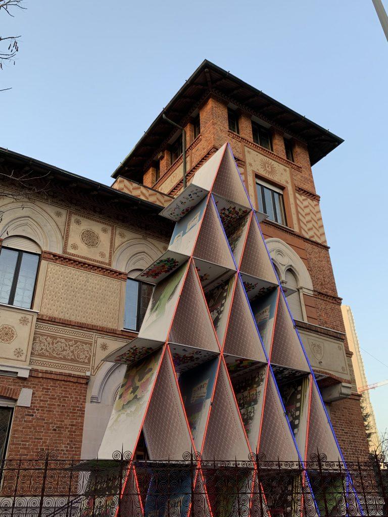 Passeggiata a Citylife: Castello di carte in Piazza Amendola