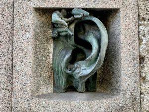 Tour di Porta Venezia a Piedi: il citofono di cà dell'orecchia